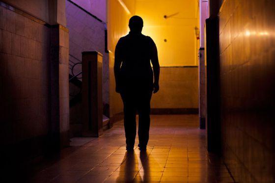 Rebeca fue vendida a los 10 años a un bar de alterne. Fue víctima de explotación sexual durante 18 años. Acababa de rescatar a su hija de 16 de una red de tráfico de personas que ya la tenía vendida para Colombia.
