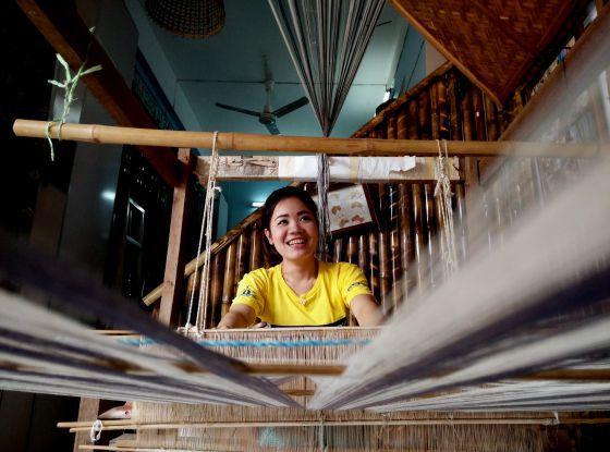 Una empleada de la tienda en la que la ONG Focus Village vende productos hechos por víctimas del tráfico de personas.