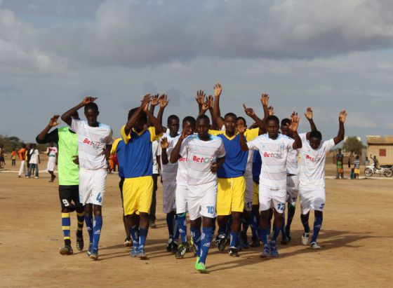 Equipo de Ndiawara el día del partido contra un equipo de un pueblo vecino.