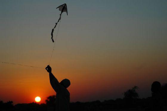 Un niño vuela una cometa en Darfur, Sudán.