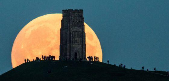 La superluna de septiembre en Glastonbury Tor, Inglaterra.