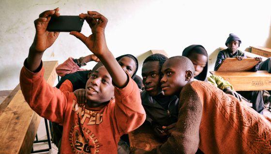Un grupo de recién llegados a la escuela de Amref se hace un 'selfie'