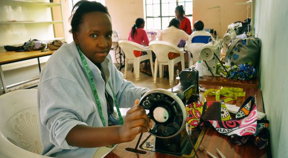 Mary, madre adolescente, aprende a coser a máquina.
