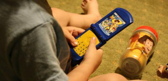 Los móviles para niños reducen su desarrollo verbal.