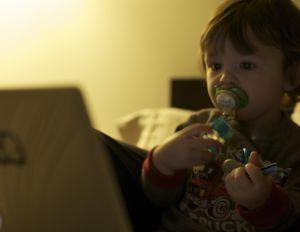 Los padres entregan cada vez más pronto a sus hijos al uso de aparatos electrónicos.