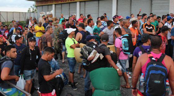 Inmigrantes cubanos tratan de ubicarse en hoteles, ayer en Paso Canoas (Panamá).
