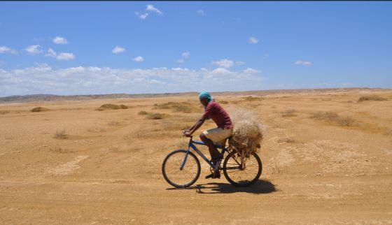 Un indígena wayúu circula en bicicleta en La Guajira