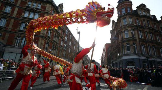Artistas participan en el desfile para celebrar el pasado Año Nuevo Chino en Londres.