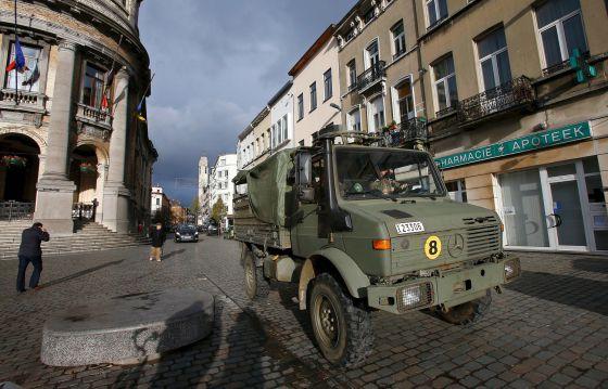 Soldados del Ejército belga patrullan las calles de Molenbeek.