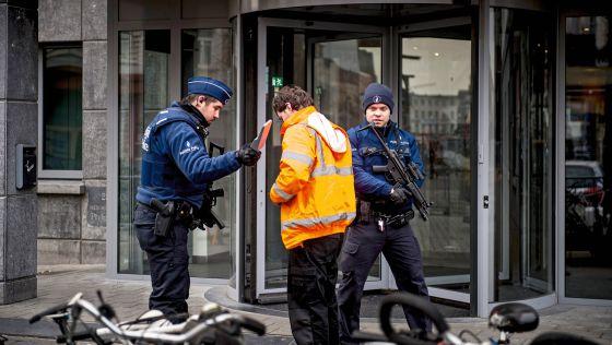 La policía registra a un visitante a las puertas de la comisaría.