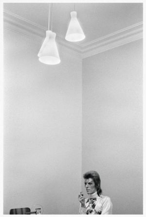 """""""Ir de gira con el era como montar en un bus mágico"""", dice Mick Rock, su fotógrafo oficial entre 1972 y 1973. Con acceso total, pudo tomar imágenes como esta de Bowie antes de salir al escenario."""