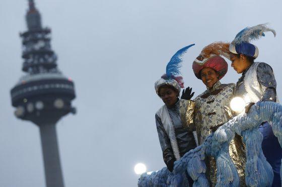 Cabalgata en Madrid, celebrada este lunes, en la que una mujer (centro) representa a Baltasar.