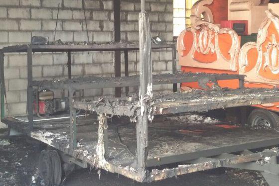 La carroza de los Reyes Magos totalmente calcinada en una nave de Arriate.