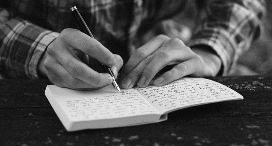 Imagen de un hombre escribiendo.