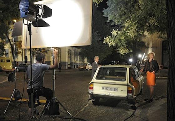 Antonio (Inmanol Arias) y Merche (Ana Duato) con uno de los coches típicos de la epoca