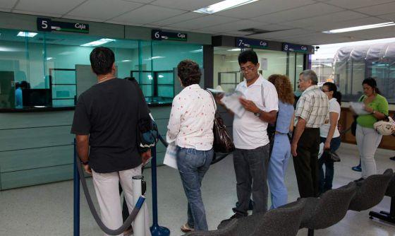 Varias personas hacen fila en un banco de Colombia