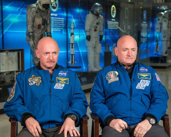 Los hermanos gemelos Mark y Scott Kelly, astronautas de la NASA.