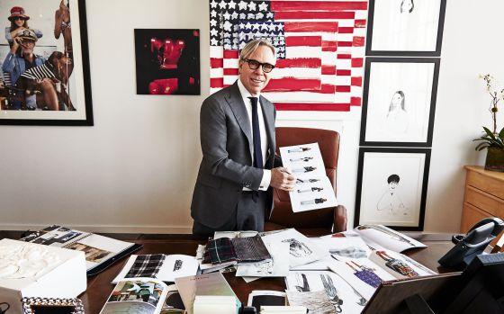 Tommy Hilfiger en su despacho con algunos de sus diseños para la próxima temporada.