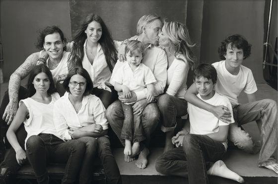 El diseñador y empresario posa junto a parte de su familia.