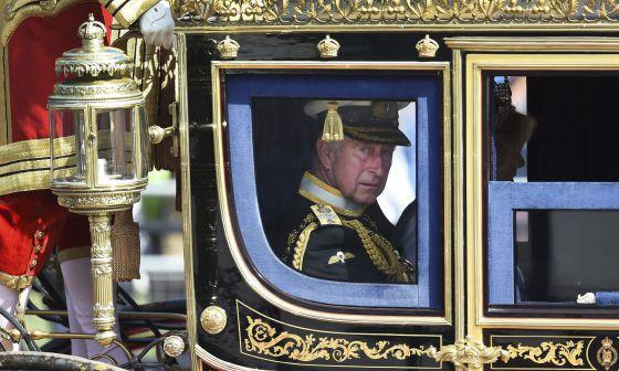 El príncipe Carlos de Inglaterra camino al Parlamento.