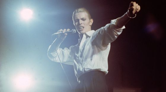 David Bowie en la gira de 1976, en la presentación de su disco 'Station to station', encarnando al Delgado Duque Blanco.
