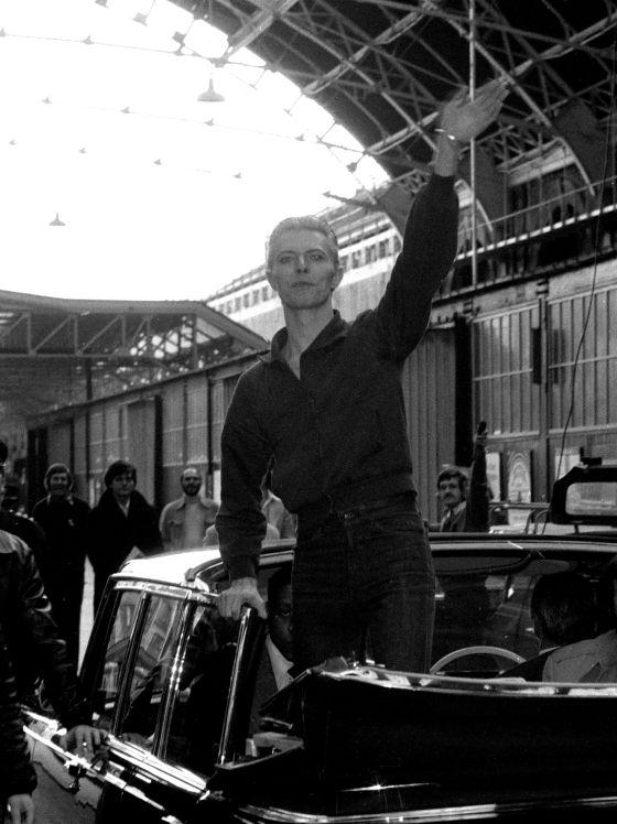 David Bowie saludando a sus seguidores en la estación Victoria de Londres en 1976.