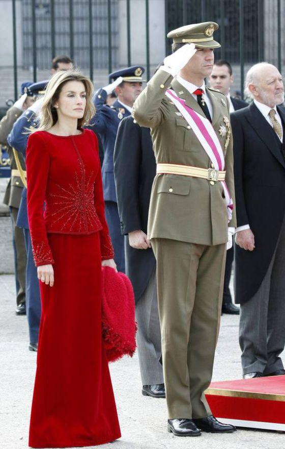 La Reina Letizia con un traje de falda y chaqueta de color rojo, en 2010.