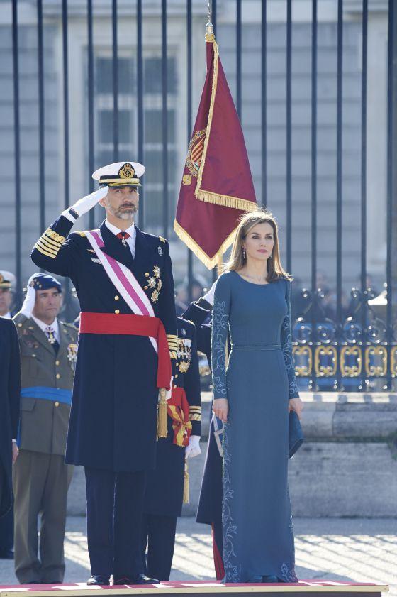 El pasado año, Letizia se decantó por un vestido largo con bordados en las mangas y en los laterales y de azul, respetando el protocolo que indica que debe ser oscuro.