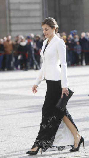 La Reina Letizia saluda a su llegada al Palacio Real de Madrid.