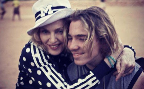 Madonna y su hijo Rocco en una foto de Twitter de 2014.