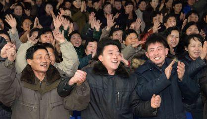 Norcoreanos celebran en las calles la prueba exitosa de la bomba de hidrógeno anunciada por el Gobierno.