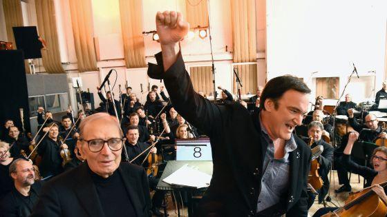 Tarantino levanta el puño junto al compositor Ennio Morricone durante la grabación de la banda sonora de la nueva película del primero.