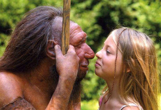 Un hombre de Neanderthal y una niña sapiens