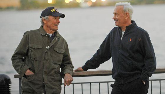 Clint Eastwood, a la izquierda, y Tom Hanks durante el rodaje de 'Sully', en Nueva York.