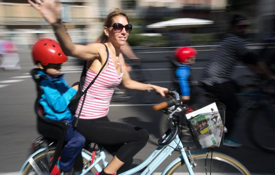 Una de las participantes en una 'bicicletada' en Barcelona.