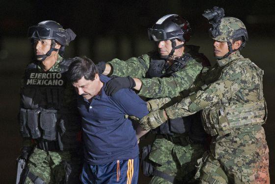 Joaquín 'El Chapo' Guzmán, conducido por militares mexicanos antes de ser transportado a la prisión de alta seguridad en la que fue recluido el pasado viernes.