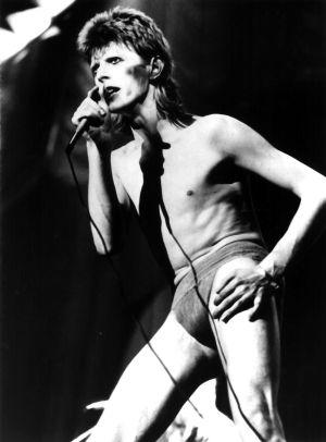 El cantante David Bowie en el escenario caracterizado como Ziggy Stardust.