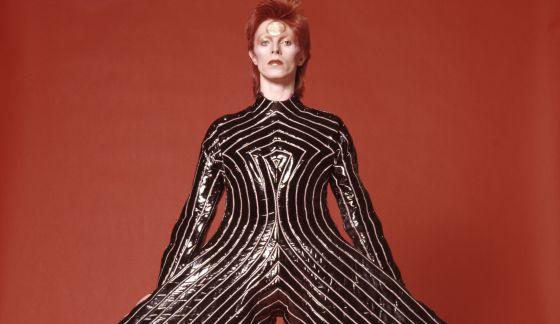 David Bowie con un diseño del japonés Kansai Yamamoto.