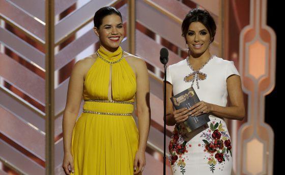 America Ferrera y, a la derecha, Eva Longoria durante la gala de los Globos de Oro.