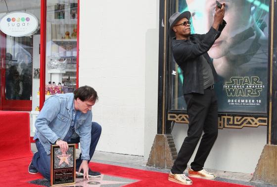Samuel L. Jackson se hace un 'selfie' mientras Quentin Tarantino admira una estrella en el Paseo de la Fama de Hollywood. Fue el pasado diciembre.