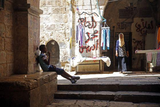 La entrada de la antigua prisión de Ribat Al Mansuri es un puesto fijo para Zuhra Al Qadi, desde donde ve pasar la gente y habla con unos y otros.