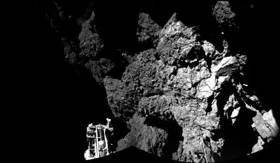 Una de las imgágenes tomadas por 'Philae' después del aterrizaje. A la izquierda, uno de los pies de la sonda.