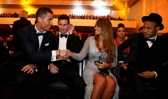 Cristiano Ronaldo saluda a Antonella Roccuzzo, en presencia de Messi y Neymar en la gala del Balon de oro
