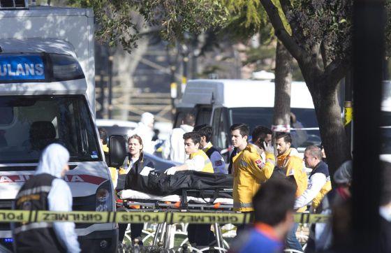 Paramédicos turcos trasladan el cadáver de una víctima en el escenario de la fuerte explosión producida ayer junto a la Mezquita Azul en Estambul,
