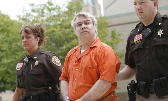 El protagonista de la serie, Steve Avery, flanqueado por dos policías y esposado, en una escena de 'Making a murderer'.