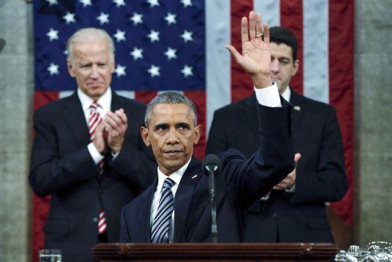 Barack Obama saluda al Congreso tras finalizar su discurso sobre el estado de la Unión.