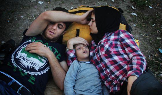 Una familia siria descansa tras haber llegado a Presevo.
