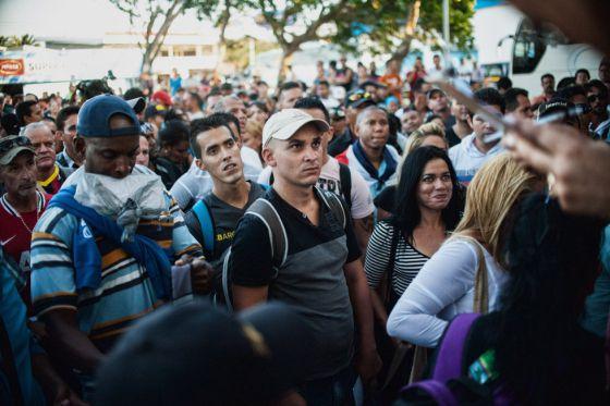 El primer grupo de migrantes cubanos embarca hacia Liberia.