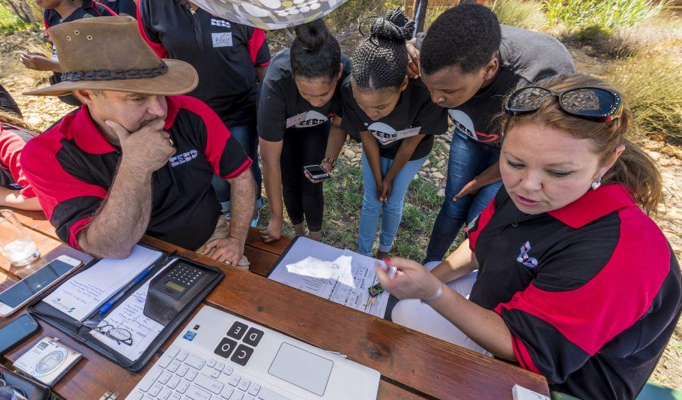 Las chicas leen los datos que devuelve el prototipo de satélite CricketSat.