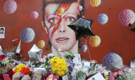 Altar junto a un mural de David Bowie en Brixton, Londres.